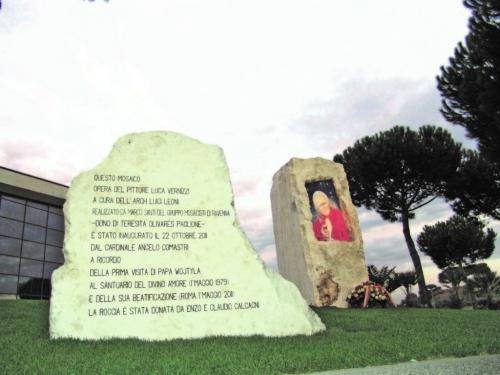 2011 - Monumento a Giovanni Paolo II. Mosaico. Ub. Roma